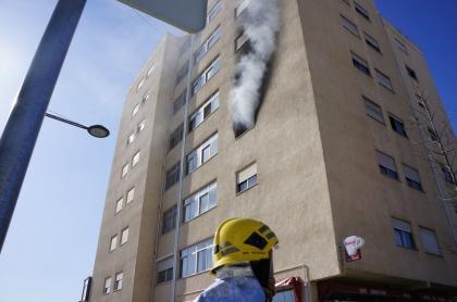 Cinco pessoas regressaram a casa depois do incêndio que afetou três apartamentos