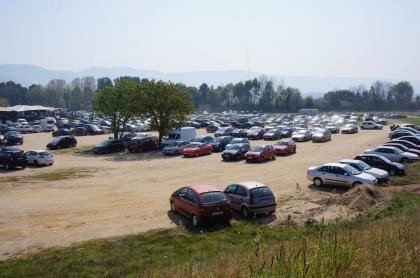 Confusão no estacionamento provoca indignação de clientes e feirantes. GNR controla trânsito com multas e reboque