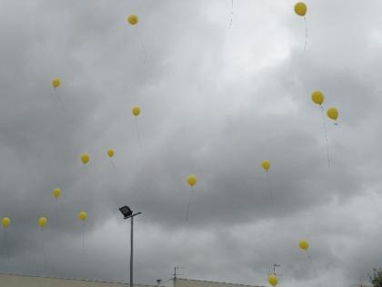 Largada de 200 balões alerta para casos de maus-tratos na infância