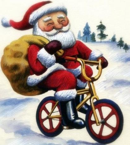 Pai Natal chega à vila de bicicleta distribuindo sorrisos e promovendo a modalidade