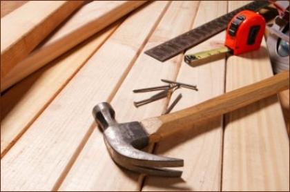 População convidada a 'trabalhar' a madeira com carpinteiro local