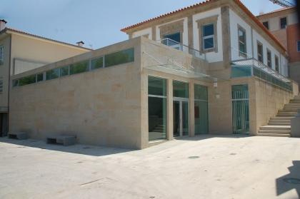 Câmara inauguração Biblioteca Municipal Aquilino Ribeiro. Familiares do escritor presentes