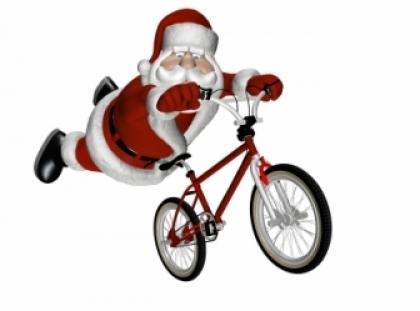 Há mais Pais Natal a chegar à vila de bicicleta fazendo as delícias dos mais pequenos