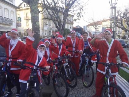 Monção: Dezenas de Pais-Natal em bicicleta invadiram centro histórico