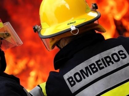 Monção/Abedim: Mais de três dezenas de bombeiros combatem incêndio