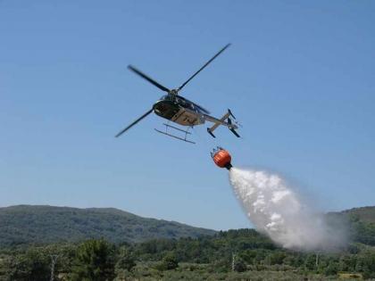 Mais um helicóptero a lançar água sobre Viana