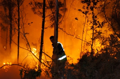 Dois bombeiros feridos em combate a incêndios em Viana e Monção