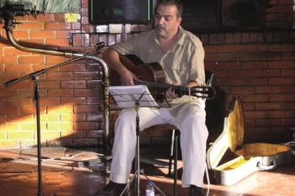 Teatro Valadares recebe recital de poesia e canções
