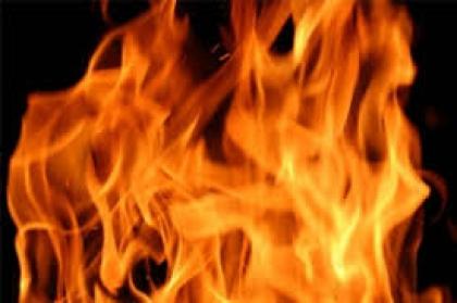 Rapariga lança fogo em quarto de lar